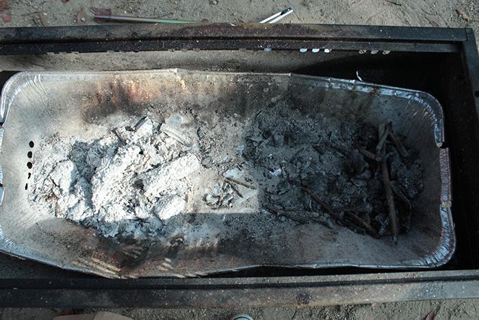 炭をかたづける