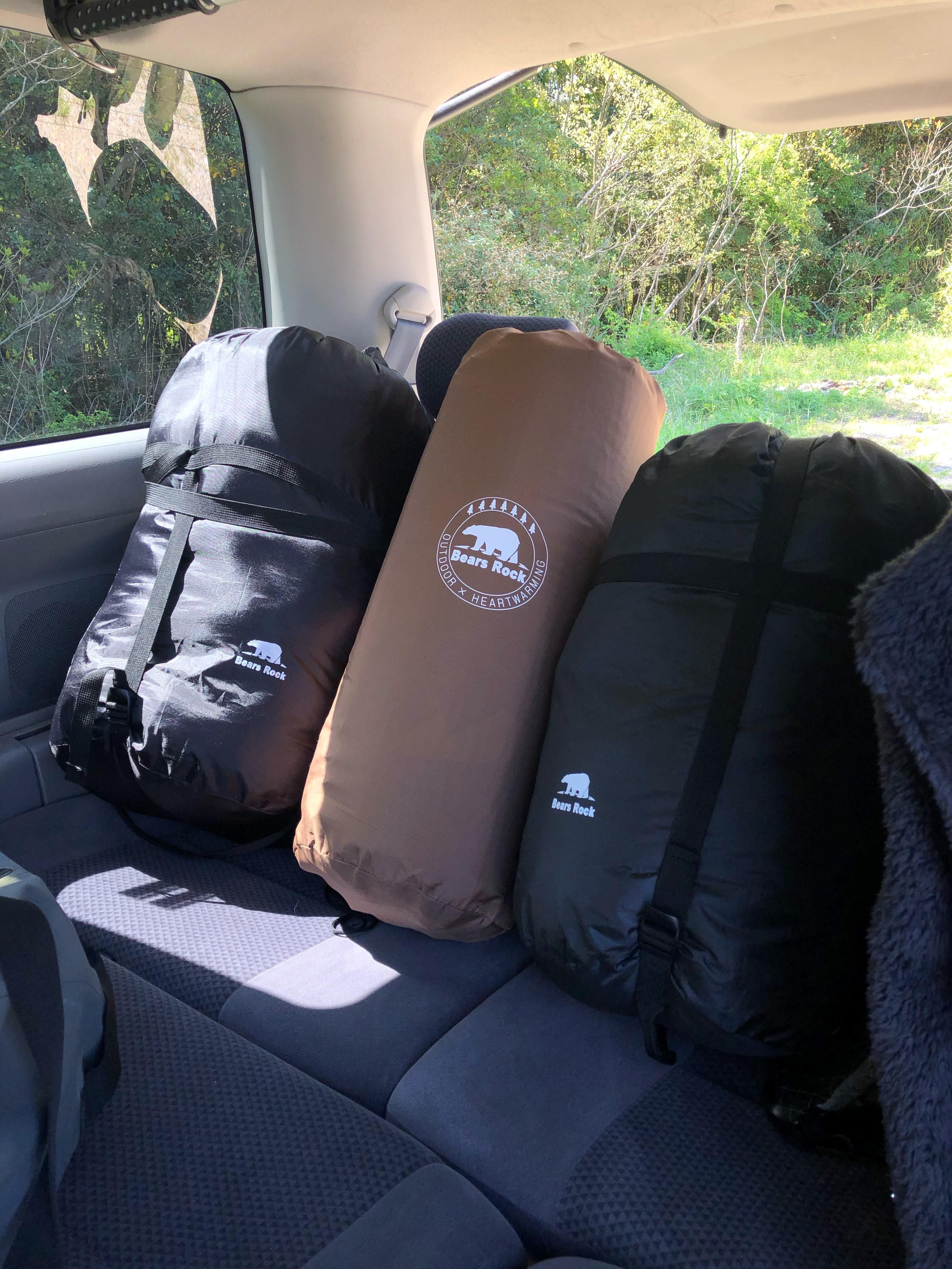 車内に収納したマットと寝袋を並べて置いている写真