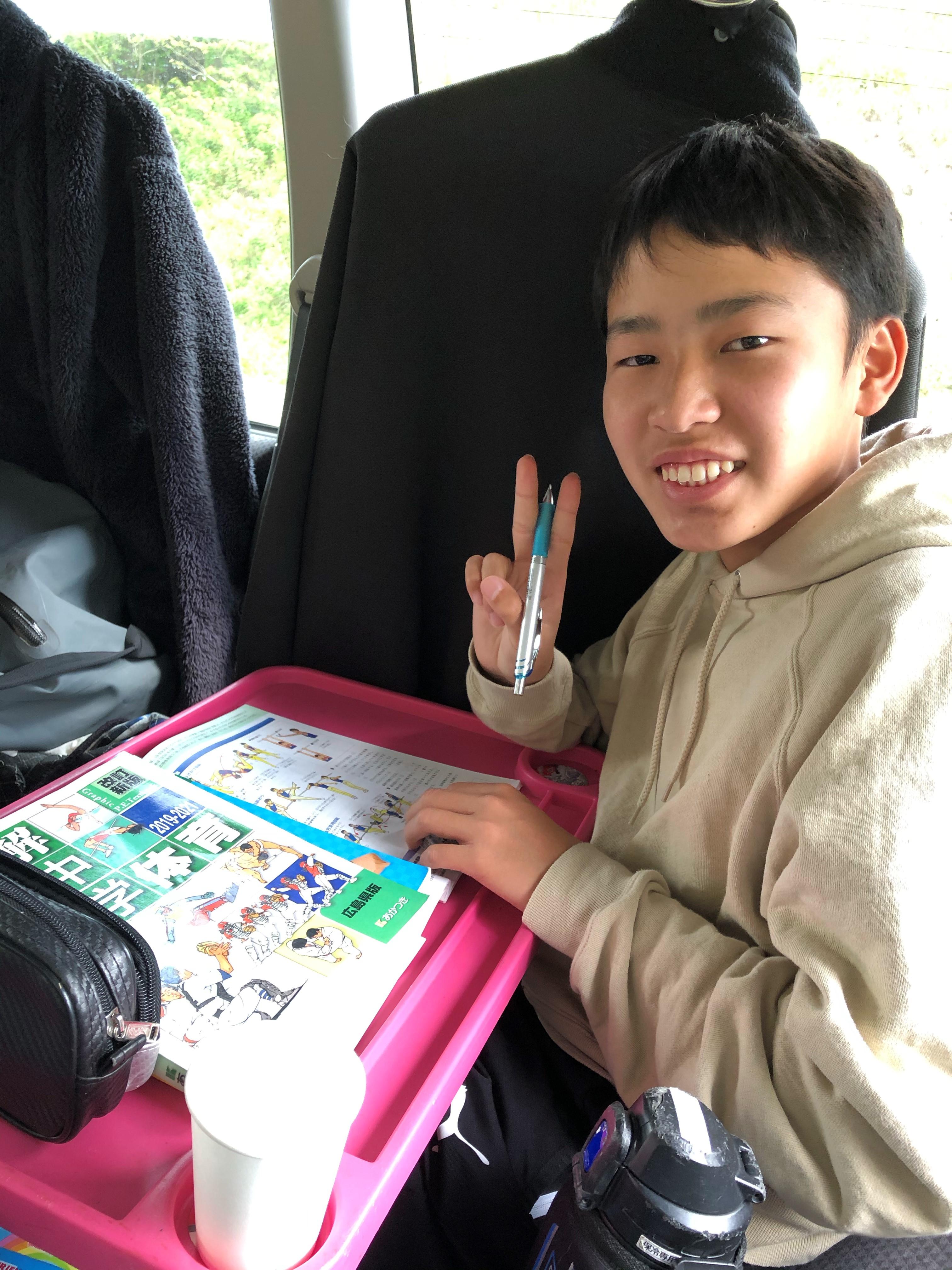 宿題中の息子さんの写真