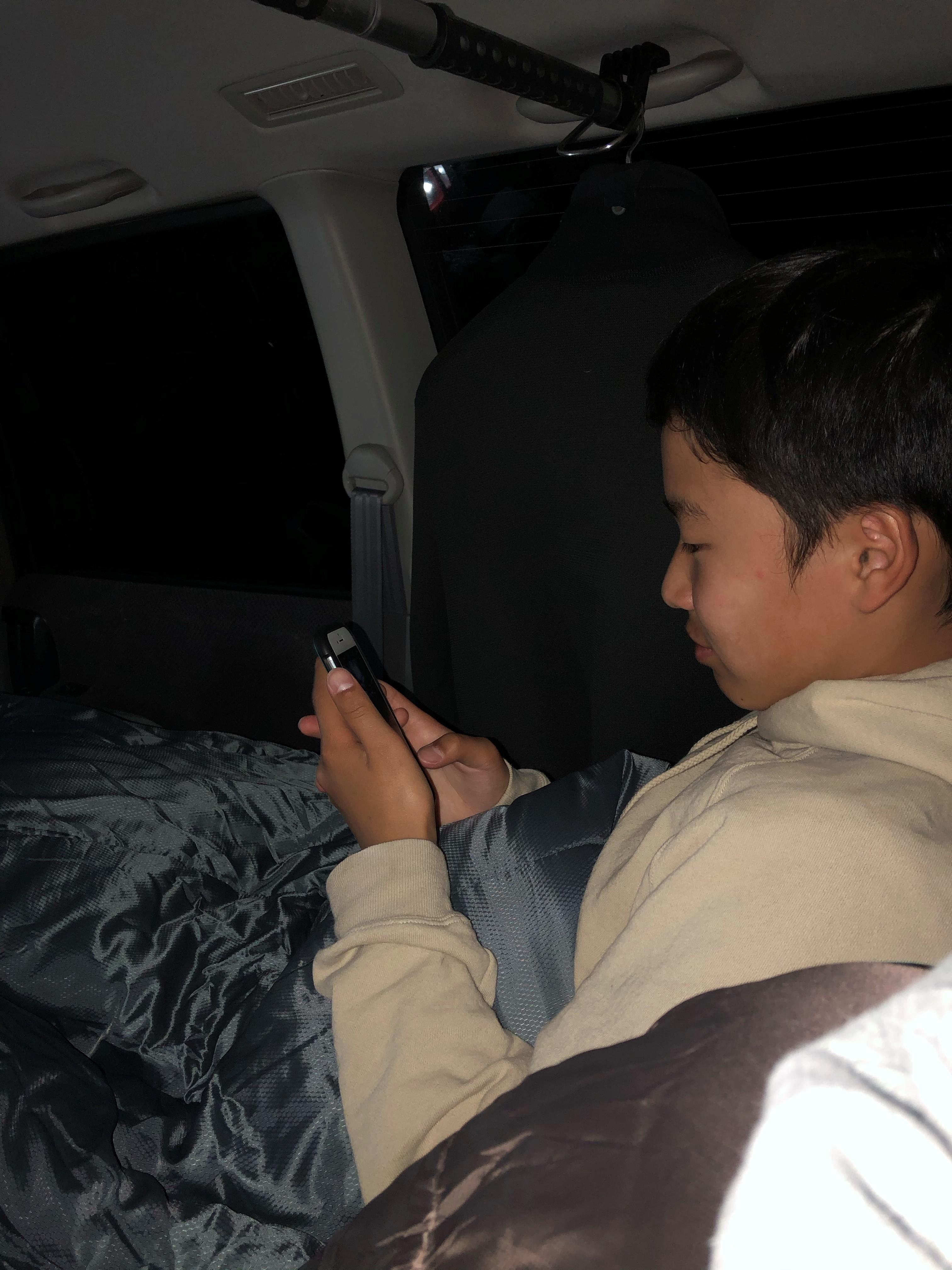 ゲームをしている息子さんの写真
