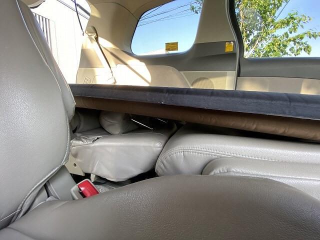 エスティマ助手席側の3列目シートの凸凹部ヘッドレストを入れた状況