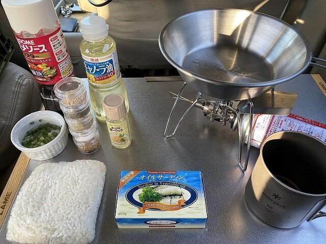 朝食作りのための調理器具や調味料の写真