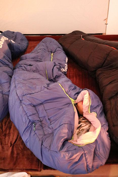 寝袋の中で動きまくる