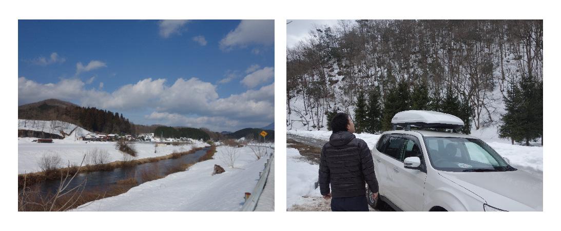 キャンプ場の受付前に方の高さまで雪が積もっている写真