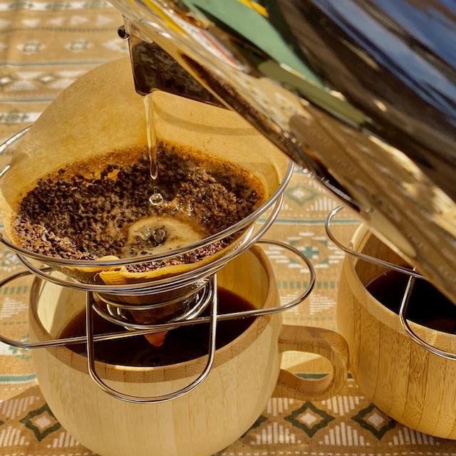 コーヒーをドリップしているところの写真