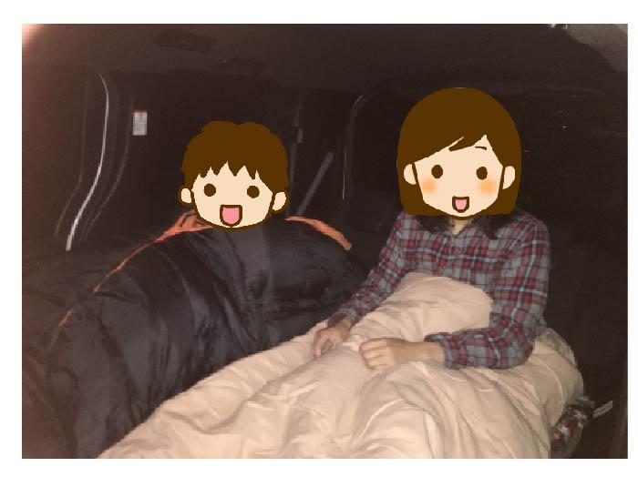 お母さんとお子さんの二人で車中泊 をしているところの写真