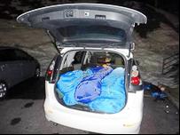 車中泊で寝袋を3つ並べている写真