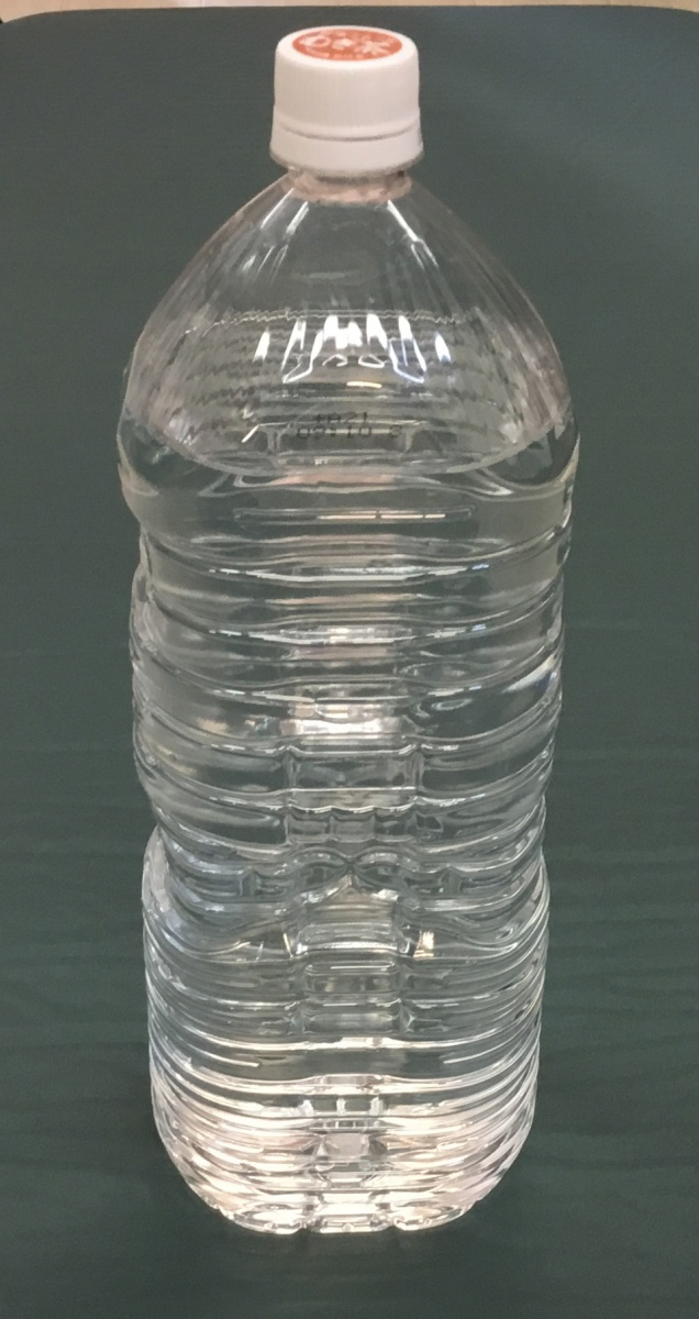 お湯を入れたペットボトルの写真