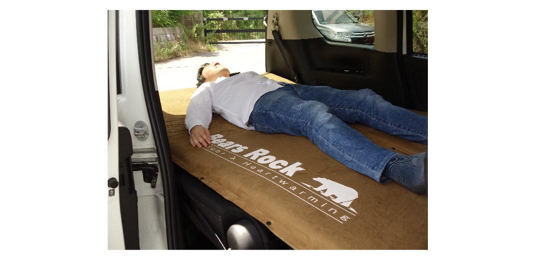 セレナの車内に8cmのマットを敷いて眠っているところの写真