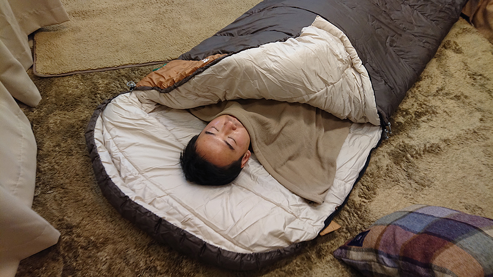 寝袋の中に毛布や寝袋用インナーフリースを使っているところの写真